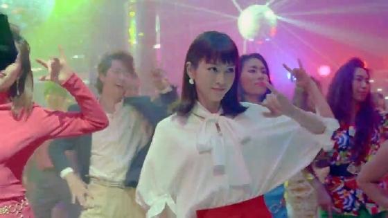 桐谷美玲が80年代へタイムスリップしてディスコで踊る!?YモバイルCMが斜め上すぎる展開www