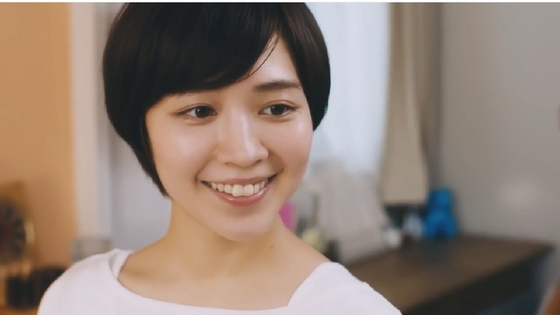 微笑む吉谷彩子